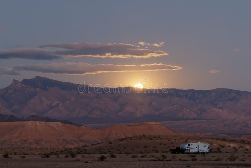 Rv solitario en puesta del sol del desierto fotografía de archivo libre de regalías