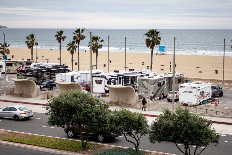 Rv-voertuigen in een strandparkeerterrein stock foto's