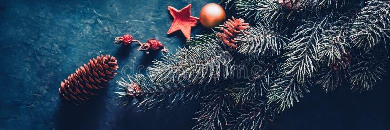 ?rvore de abeto do Natal, decora??es em um fundo escuro bandeira foto de stock