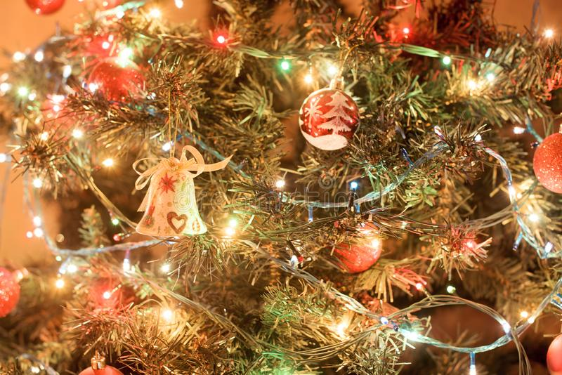?rvore de Natal decorada bonita Fundo do feriado foto de stock