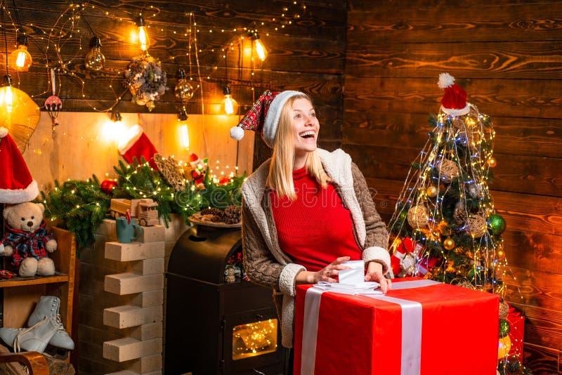 ?rvore de Natal Momentos agrad?veis Enchido com o elogio e o amor da felicidade A menina aprecia a Noite de Natal morna acolhedor fotografia de stock royalty free