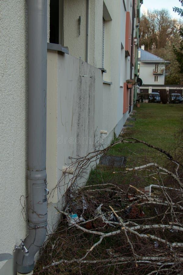 A ?rvore desarraigada caiu em uma casa ap?s uma tempestade s?ria nomeada eberhard foto de stock