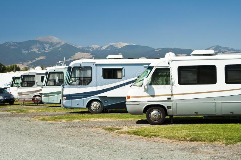 RVs em um campground fotografia de stock