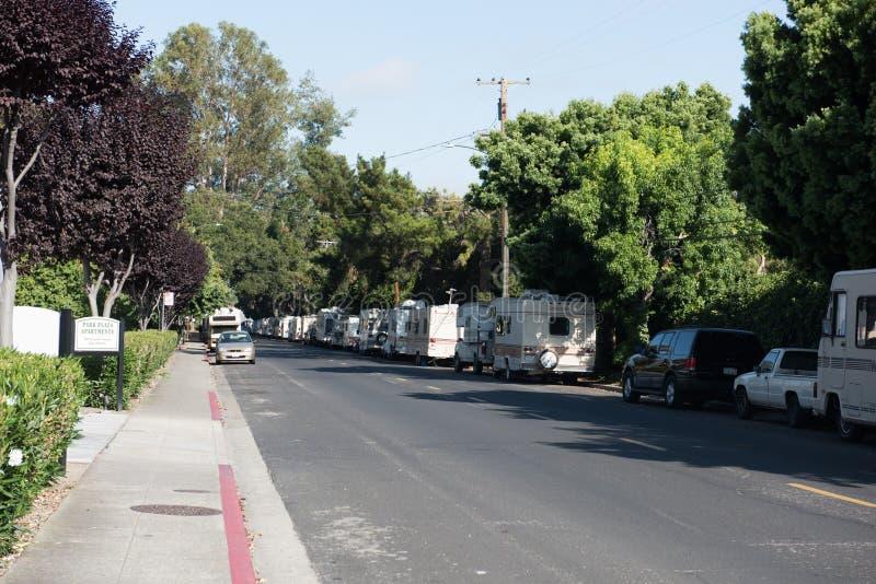 RVs estacionou ao longo das ruas da cidade em Mountain View, CA foto de stock