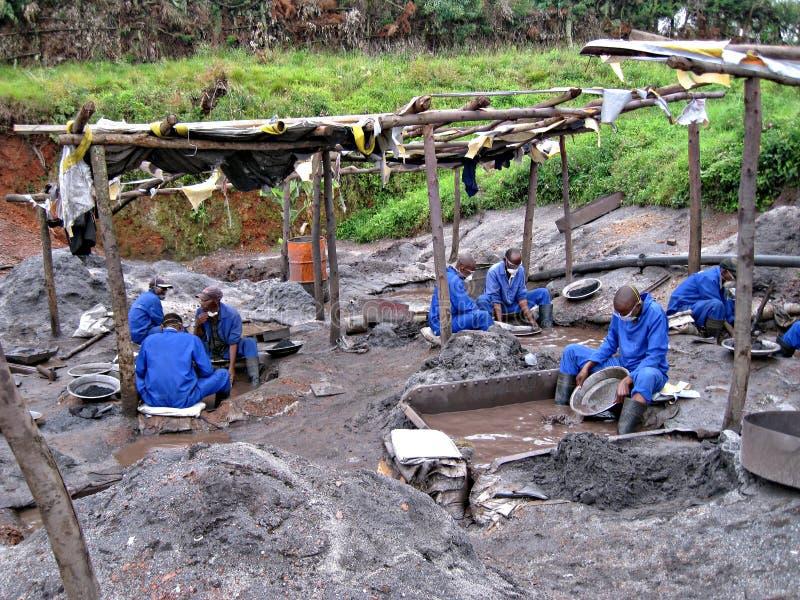 Rwandese Mijnwerkers die voor Edele metalen filteren stock afbeeldingen