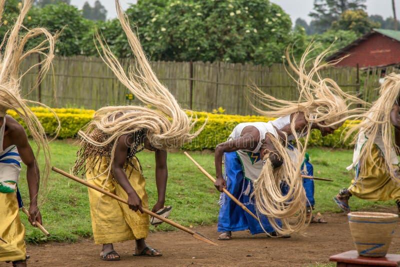 Rwandiska aktörer för rituell dans för stam, Virunga nationalpark, Rw royaltyfria foton