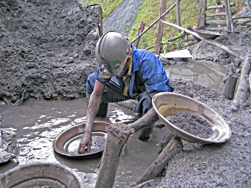 Rwandiska gruvarbetarePanning For Precious metaller royaltyfri fotografi