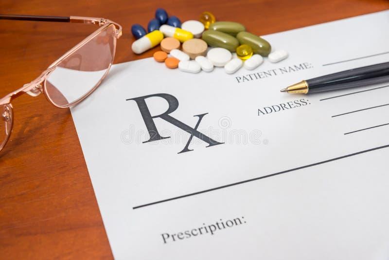 Rx läkarundersökningmellanrum med preventivpillerar och exponeringsglas royaltyfri bild