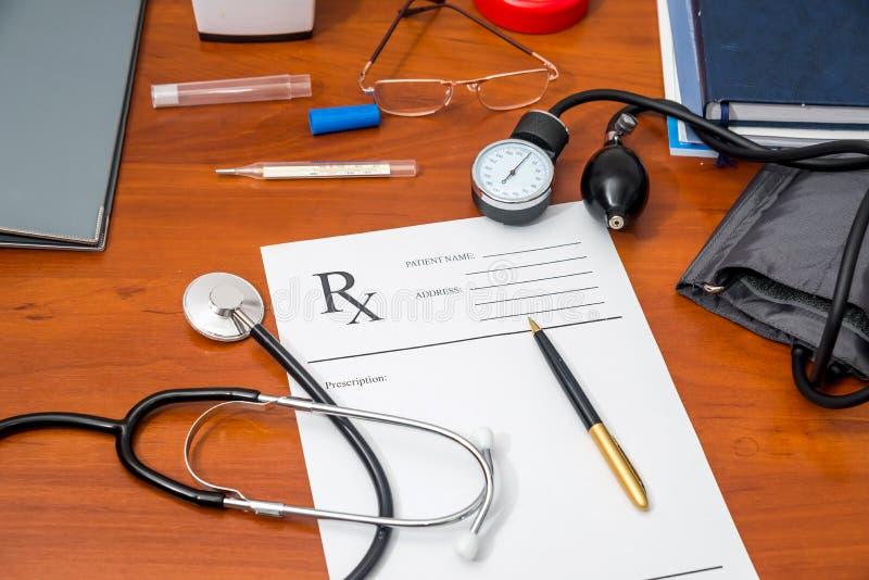 Rx recept med preventivpillerar, stetoskop, termometer royaltyfri fotografi