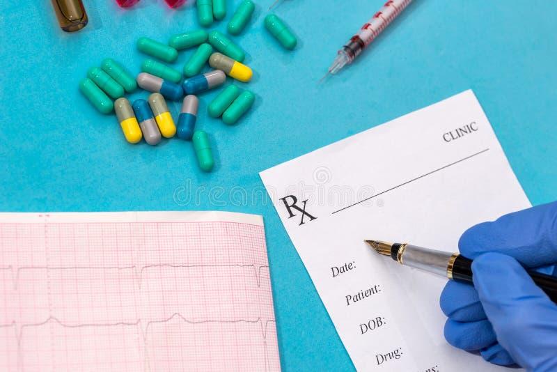 rxmellanrum, kardiogram, preventivpillerar och injektionsspruta royaltyfri fotografi