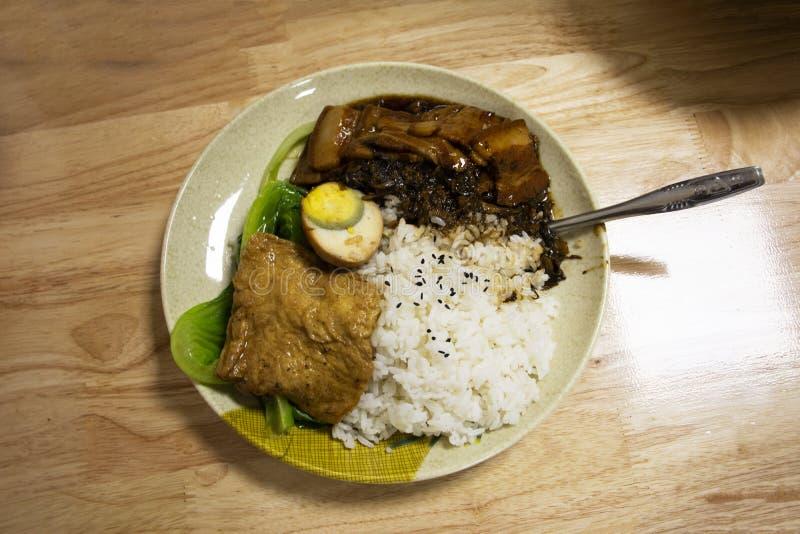 Ryżowej polewy crispy wieprzowina, tofu i gotowany jajeczny chiński styl dla sprzedaży w lokalnej restauracji w Chiny zdjęcie royalty free