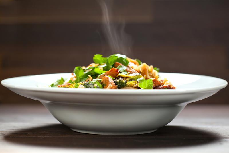 Ryżowi kluski z kurczakiem, pieczarki mun i warzywami, przygotowywają obrazy royalty free
