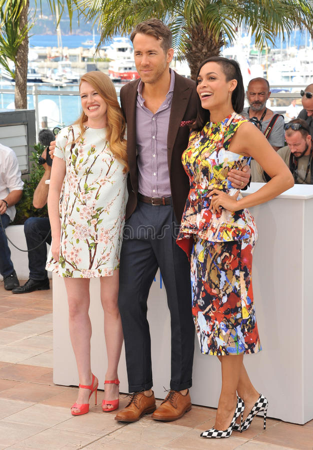 Ryan Reynolds & Mireille Enos & Rosario Dawson imagem de stock