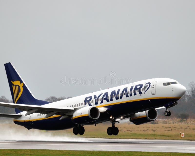 ryanair рекламы Боинга 737 авиалайнеров стоковые фотографии rf