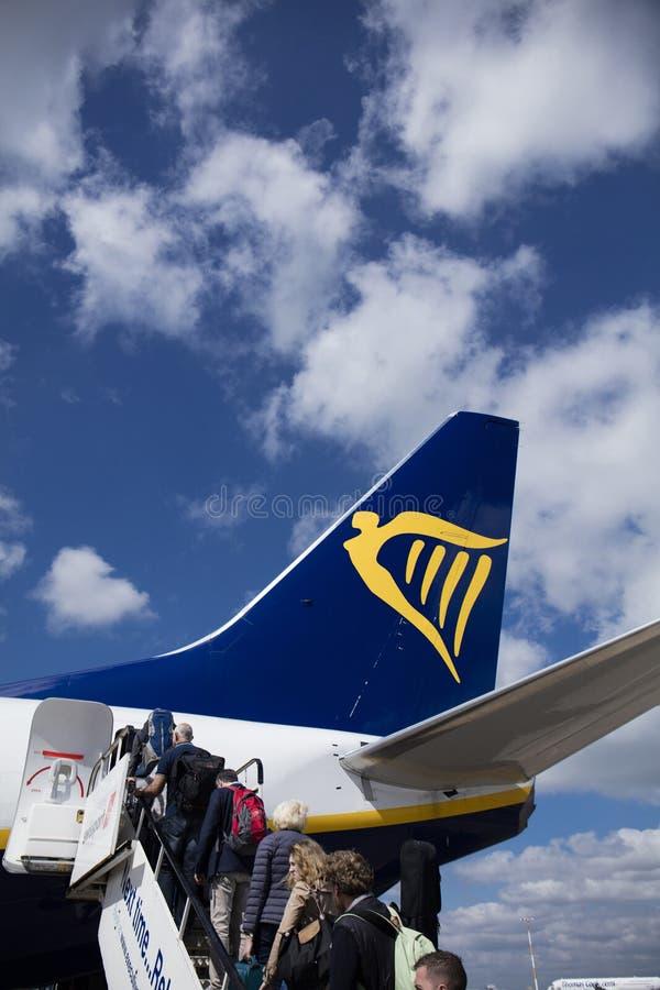 Ryanair Boeing 737 con los pasajeros que suben en las puertas posteriores - aeropuerto del East Midlands, Derbyshire, Reino Unido imágenes de archivo libres de regalías