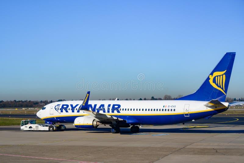 Ryanair EI_EVS Боинг 737-8AS на земле аэропорта Самолет ирландской авиакомпании Ryanair стоковая фотография