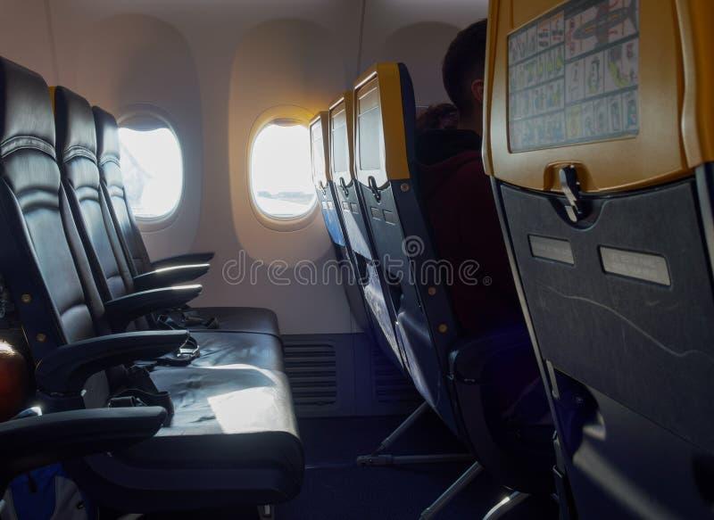 Ryanair flygplanplatser med information om säkerhet vid fönstret arkivbilder
