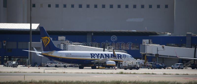 Ryanair-Lijnvliegtuig bij palmade Mallorca luchthaven die wordt geparkeerd royalty-vrije stock fotografie