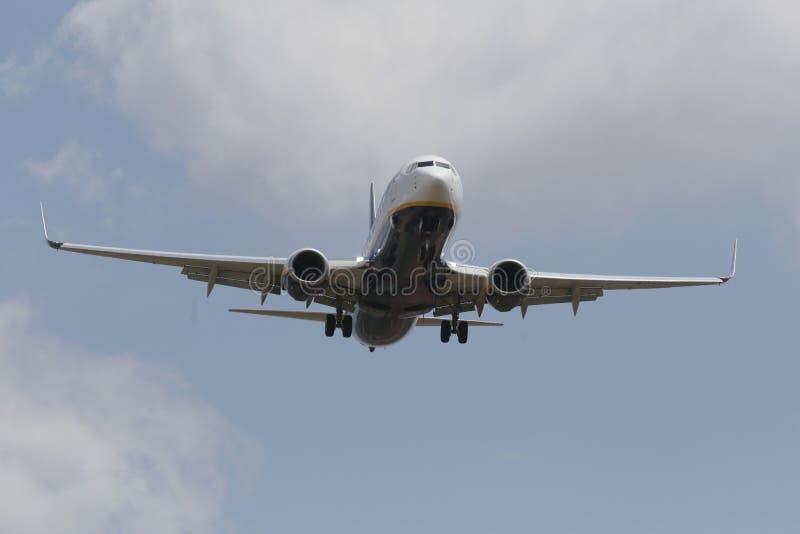 Ryanair-lijnvliegtuig die aan land in palmade Mallorca luchthaven naderbij komen stock foto