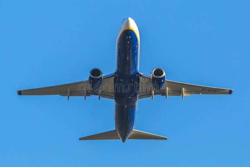 Ryanair samolot takeing daleko obraz royalty free