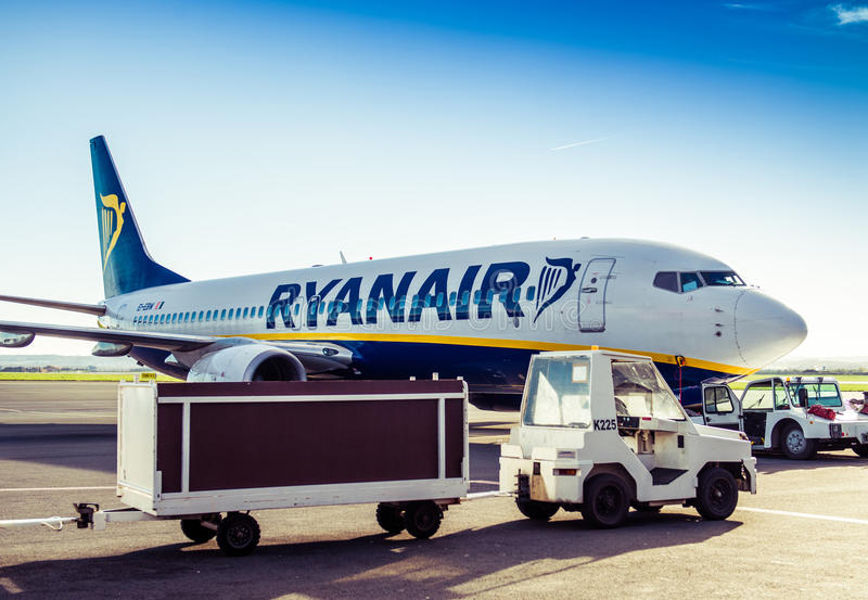 Ryanair-vliegtuig in luchthaven royalty-vrije stock foto's