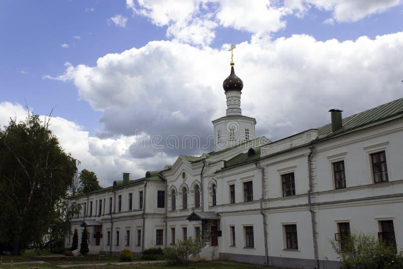 Ryazan Kreml på bakgrunden av en molnig himmel royaltyfria bilder