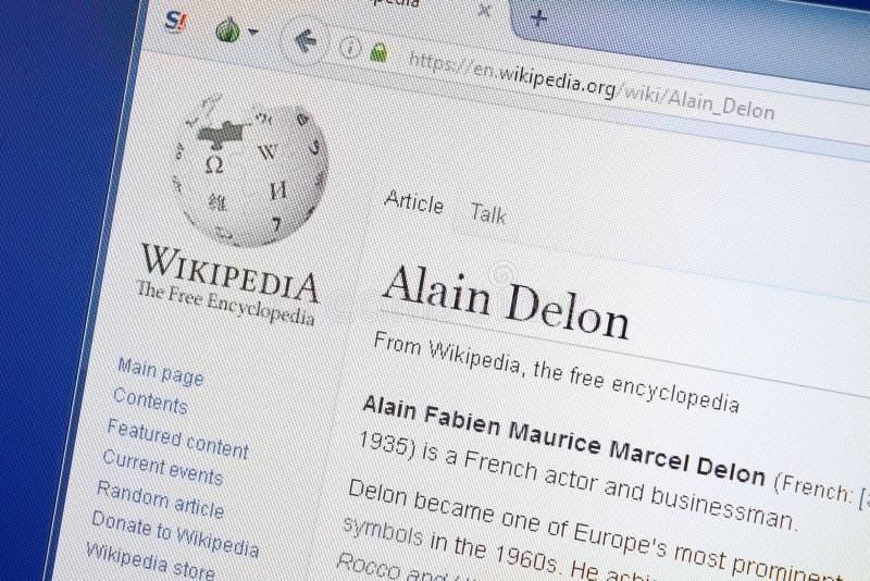 Ryazan, Rússia - 19 de agosto de 2018: Página de Wikipedia sobre Alain Delon na exposição do PC imagens de stock