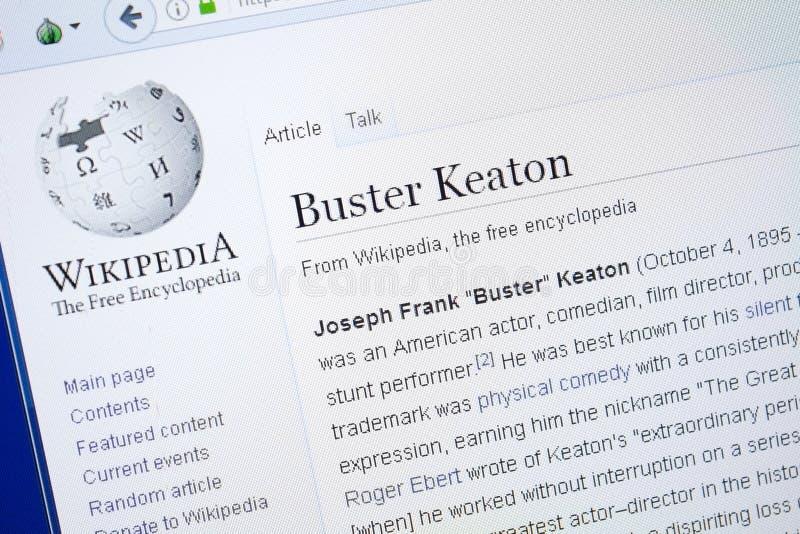 Ryazan, Rússia - 19 de agosto de 2018: Página de Wikipedia sobre Buster Keaton na exposição do PC fotografia de stock