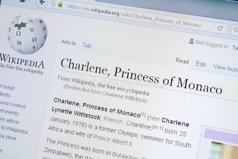 Ryazan, Rússia - 28 de agosto de 2018: Página de Wikipedia sobre Charlene Princess de Mônaco na exposição do PC foto de stock royalty free