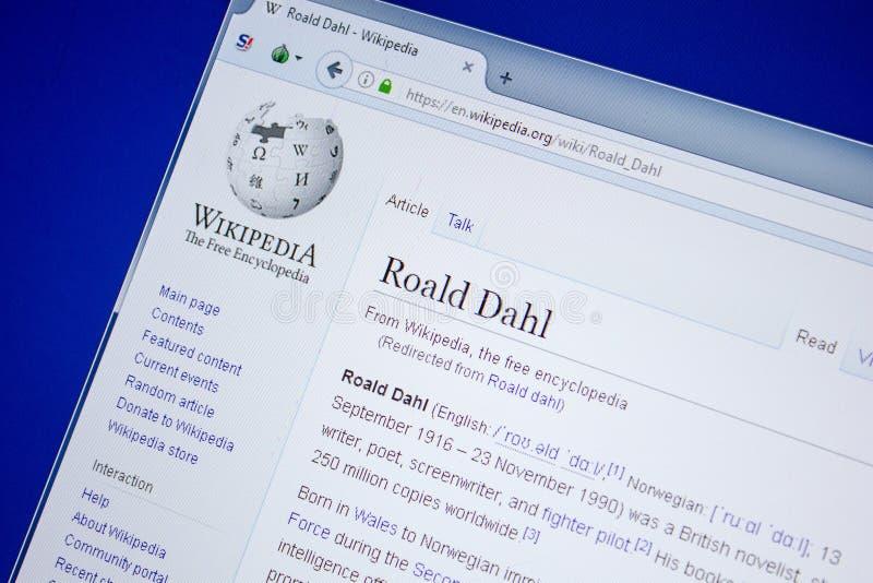 Ryazan, Rússia - 9 de julho de 2018: Página em Wikipedia sobre Roald Dahl na exposição do PC fotografia de stock