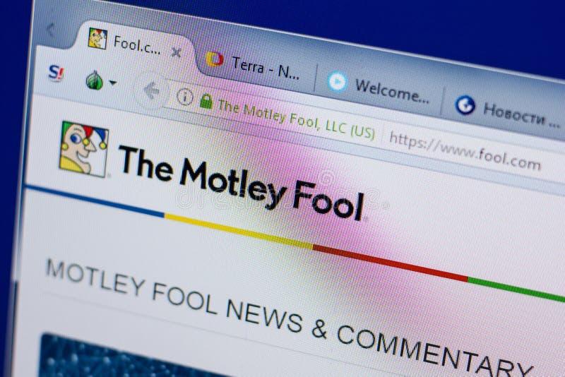 Ryazan, Rússia - 17 de junho de 2018: Homepage do Web site de Motley Fool na exposição do PC, URL - tolo com foto de stock