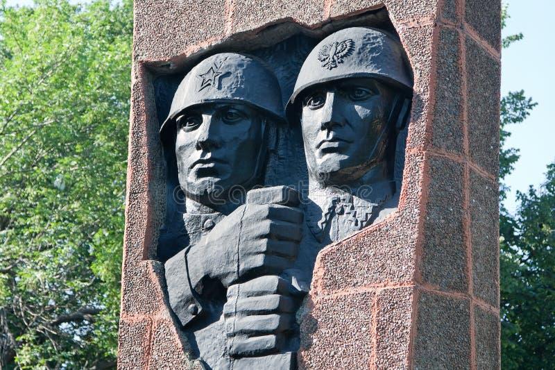 Ryazan, Rússia Fraternidade do Soviete-polimento do monumento nos braços no quadrado do general do exército V f Margelov imagem de stock