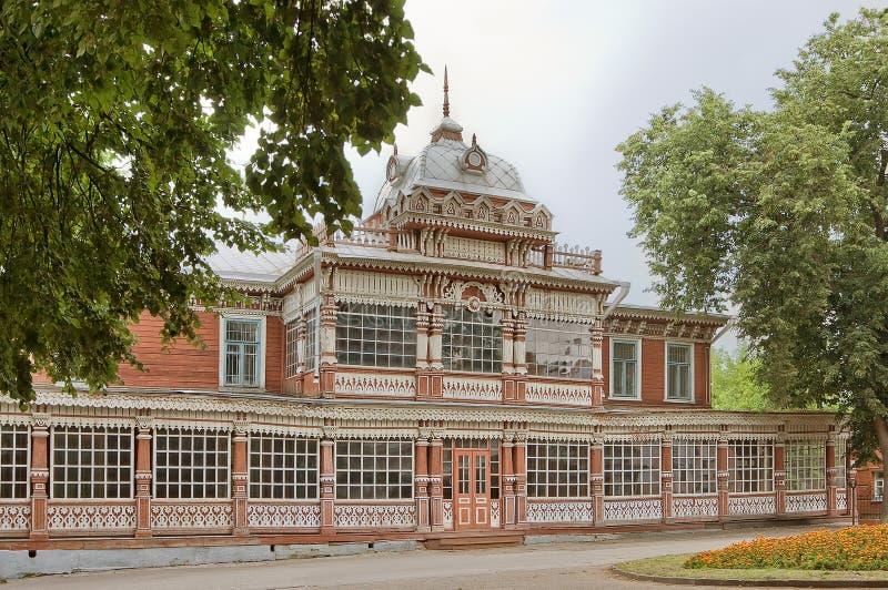 Ryazan, Rosja Drewniany budynek z ozdobny biel rzeźbiącymi szczegółami Lato klub Szlachetny Zgromadzenie, Ryazan, 1905 fotografia stock