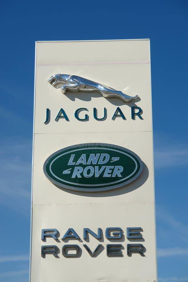 Ryazan, Rosja - 15 mogą, 2017: Jaguar, Land Rover przedstawicielstwa handlowego znak przeciw niebieskiemu niebu zdjęcie stock