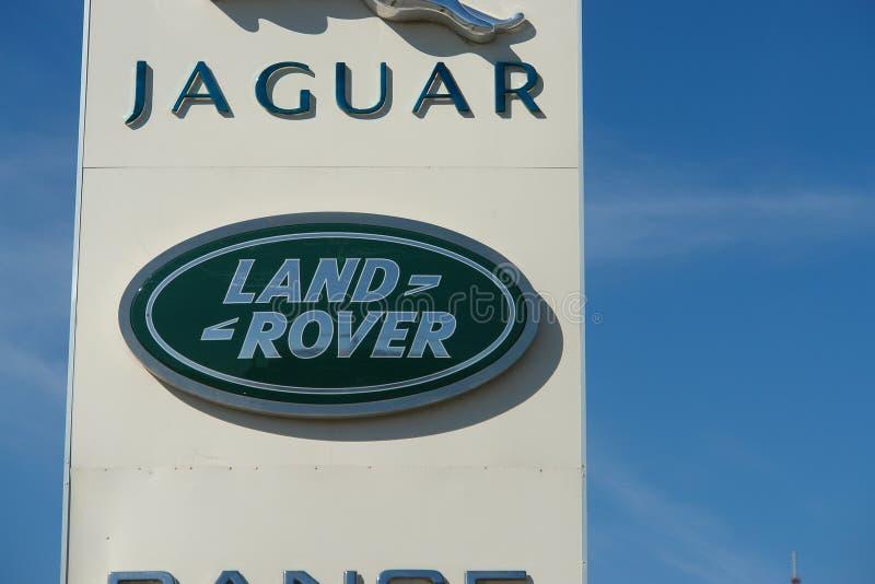 Ryazan, Rosja - 15 mogą, 2017: Jaguar, Land Rover przedstawicielstwa handlowego znak przeciw niebieskiemu niebu zdjęcia royalty free