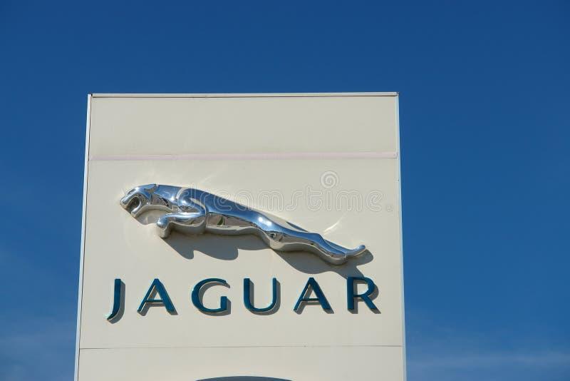 Ryazan, Rosja - 15 mogą, 2017: Jaguar, Land Rover przedstawicielstwa handlowego znak przeciw niebieskiemu niebu obrazy royalty free