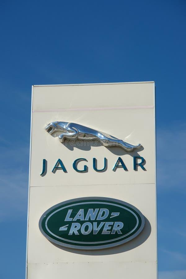 Ryazan, Rosja - 15 mogą, 2017: Jaguar, Land Rover przedstawicielstwa handlowego znak przeciw niebieskiemu niebu fotografia royalty free
