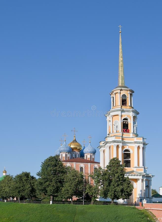 Ryazan, Rosja Widok dzwonkowy wierza i przypuszczenia Uspenskii Katedralny sobor w Kremlin w Kremlin fotografia royalty free