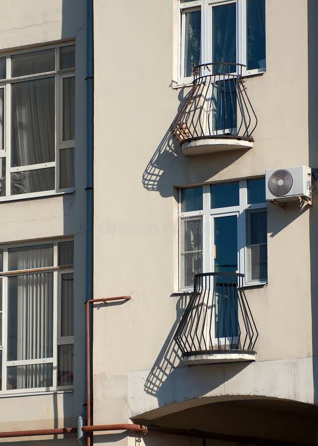 Ryazan, Rusia casa vieja en el centro de ciudad Los pequeños balcones con la cerca del enrejado en el sol echaron sombras largas foto de archivo libre de regalías