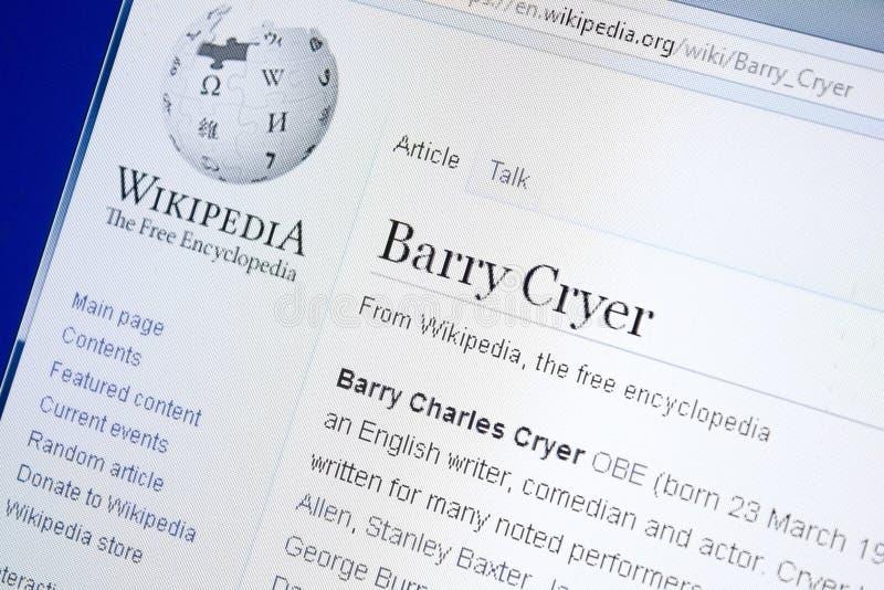 Ryazan, Rusia - 28 de agosto de 2018: Página de Wikipedia sobre Barry Cryer en la exhibición de la PC foto de archivo