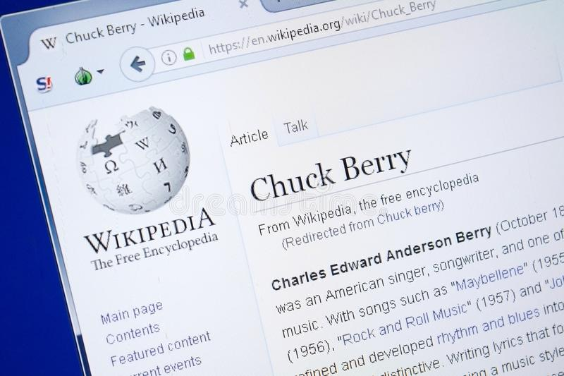 Ryazan, Rusia - 19 de agosto de 2018: Página de Wikipedia sobre Chuck Berry en la exhibición de la PC fotografía de archivo libre de regalías