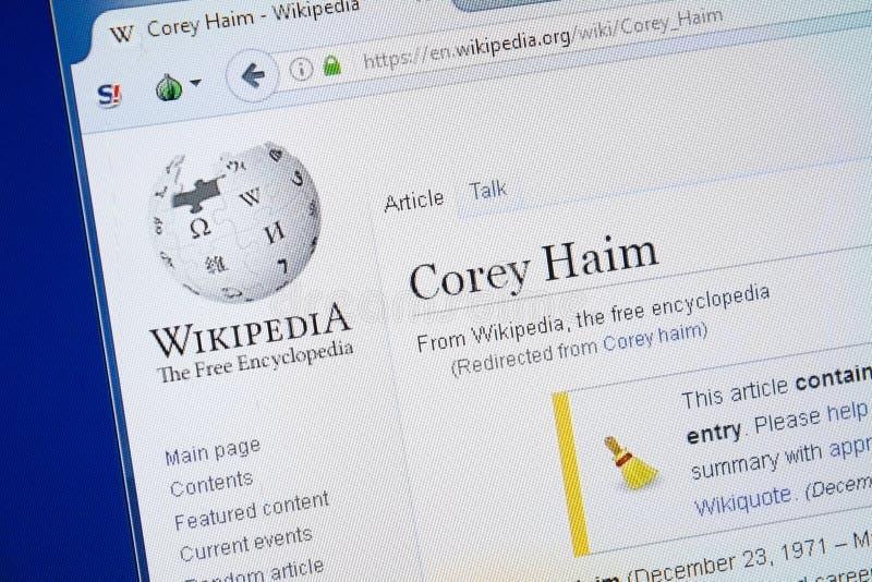 Ryazan, Rusia - 19 de agosto de 2018: Página de Wikipedia sobre Corey Haim en la exhibición de la PC imágenes de archivo libres de regalías