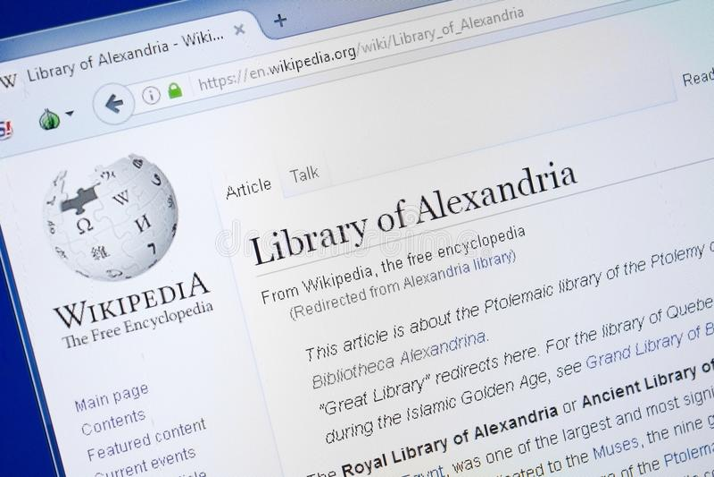 Ryazan, Rusia - 19 de agosto de 2018: Página de Wikipedia sobre la biblioteca de Alexandría en la exhibición de la PC imagen de archivo