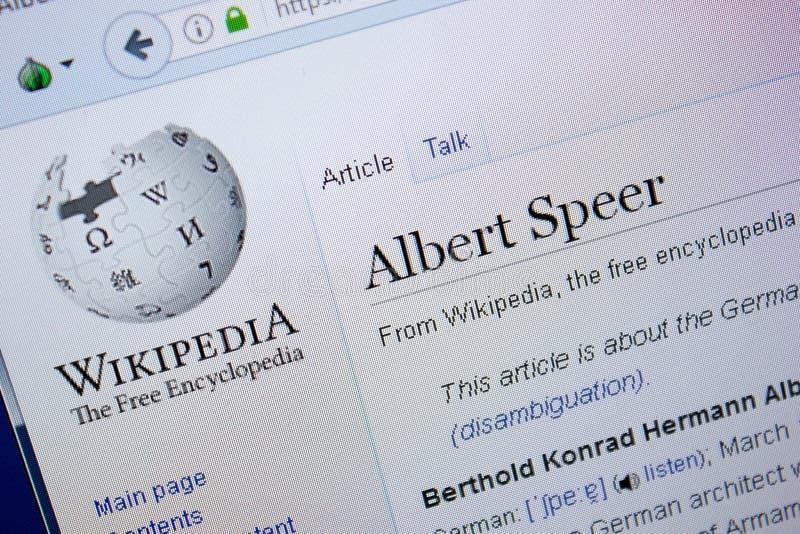 Ryazan, Rusia - 9 de septiembre de 2018 - página de Wikipedia sobre Albert Speer en una exhibición de la PC fotografía de archivo