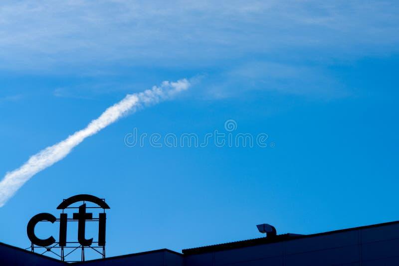Ryazan, Rusia - 15 pueden, 2017: Logotipo del banco de Citi sobre el cielo azul silueta del citi de la palabra imagen de archivo libre de regalías