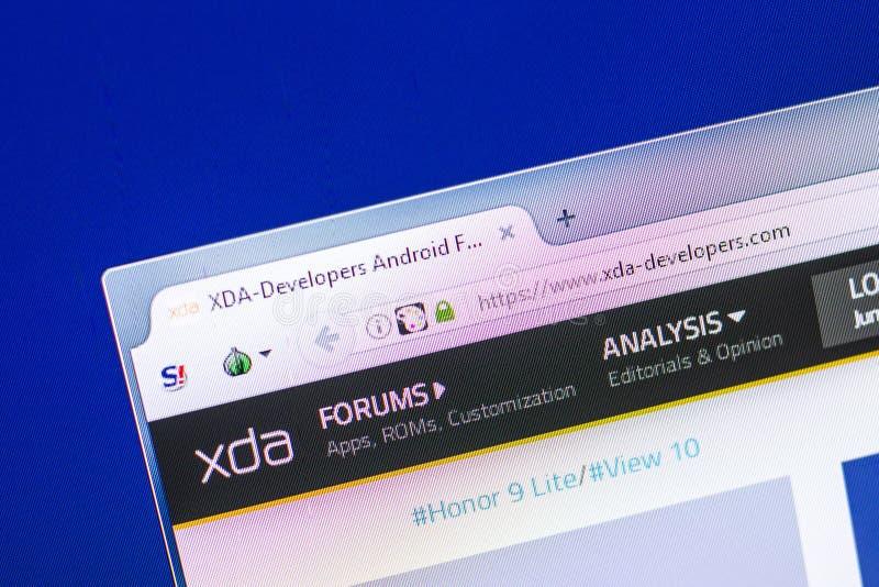 Ryazan, Rusland - April 29, 2018: Homepage van XDA-Ontwikkelaars website op de vertoning van PC, url - XDA-Ontwikkelaars com stock foto's