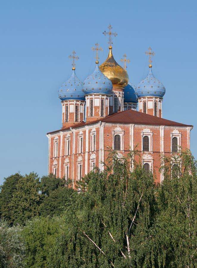 Ryazan, Rusland De Kathedraal van de Kathedraal van Dormition Uspensky in het Kremlin in het groen op de blauwe hemel als achterg royalty-vrije stock fotografie