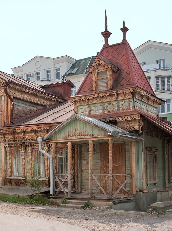 Ryazan, Rusland Een oud die dilapidated blokhuis, met gedetailleerde gesneden details wordt verfraaid royalty-vrije stock afbeeldingen