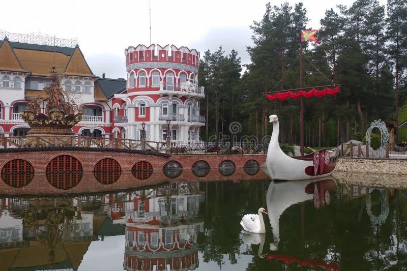 Ryazan, Russland - 14. April 2019: Brücke und See des ethnischen Hotels stockfotos