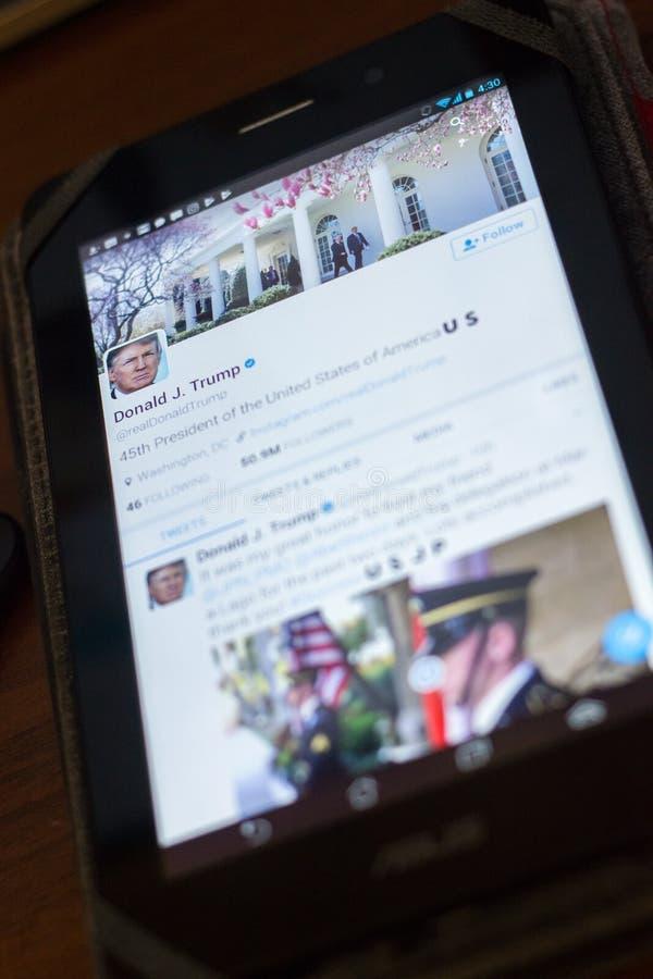 Ryazan, Russland - 19. April 2018 - Donald Trump, USA-Präsidenten-Gezwitscherkonto auf der Anzeige des Tablet-PCs lizenzfreies stockfoto